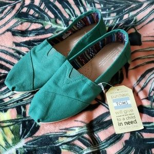 TOMS Womens Green Flats Size 9.5 NEW